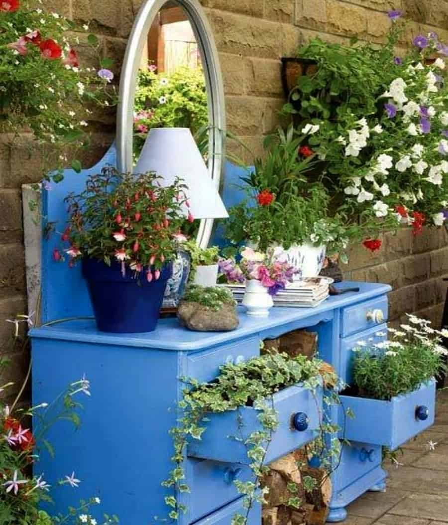 15 ways to decorate your garden with recycled materials for Garden decorations from recycled materials