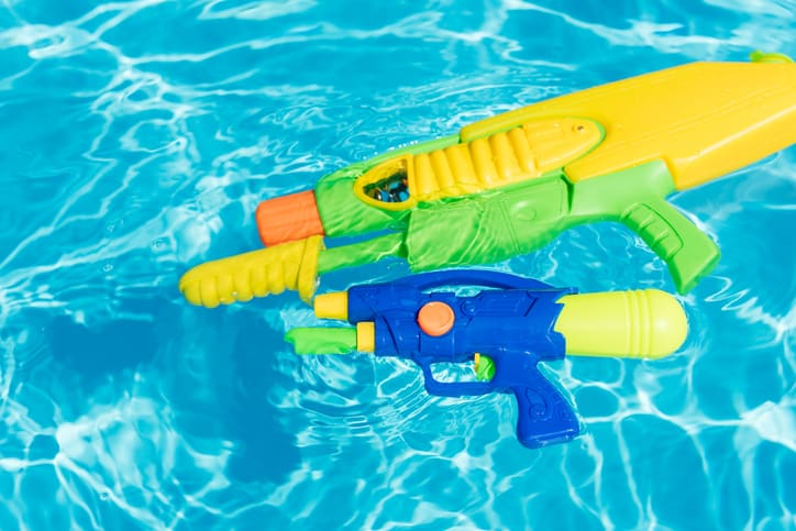 squirt guns in plastic kiddie pool